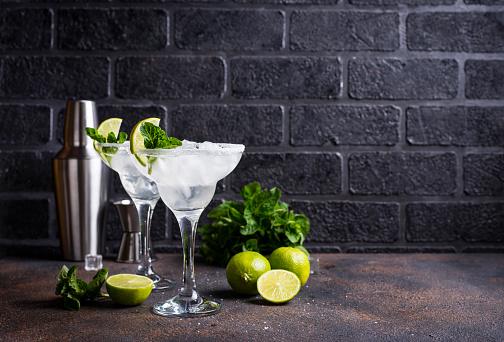 Margarita Cocktail With Lime And Ice - zdjęcia stockowe i więcej obrazów Alkohol - napój