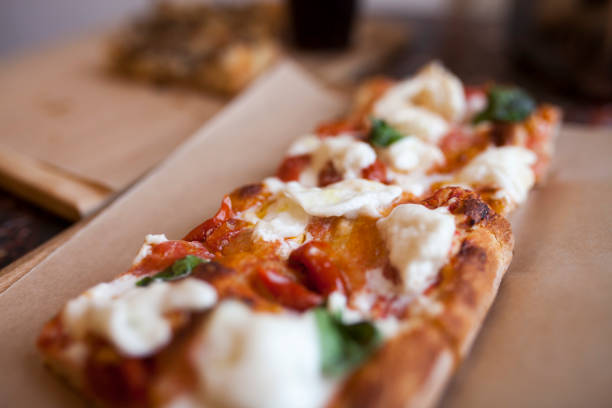 brot-pizza margherita-wohnung - fladenbrotpizza stock-fotos und bilder