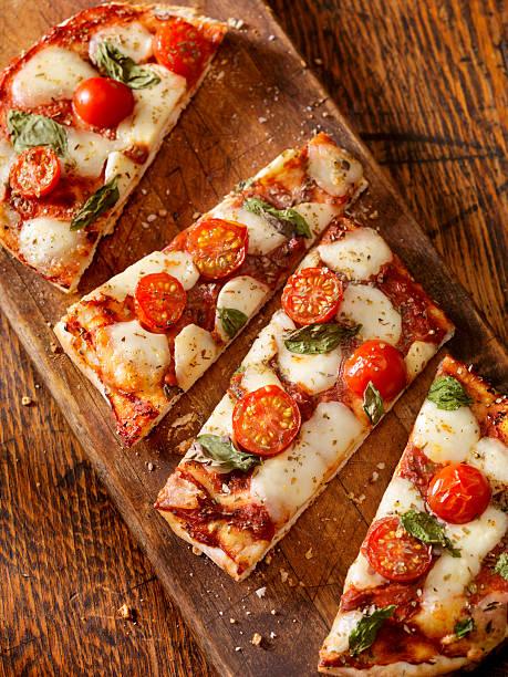 fladenbrot-pizza margherita - fladenbrotpizza stock-fotos und bilder