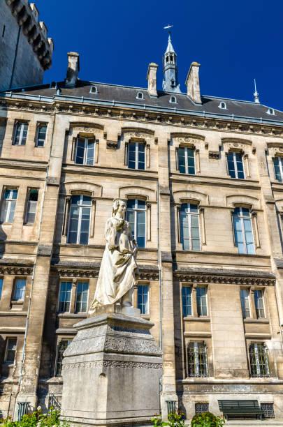 Marguerite de statue d'Angoulême à la Mairie d'Angoulême - France - Photo