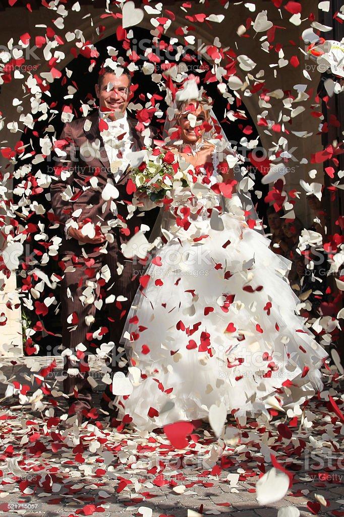 Mariage à l'église, une pluie de coeur stock photo