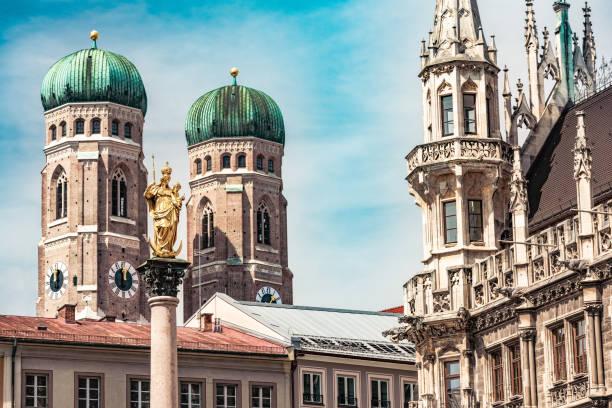 marienplatz in munich with its famous münchner kindl, frauenkirche and new town hall - marienplatz foto e immagini stock