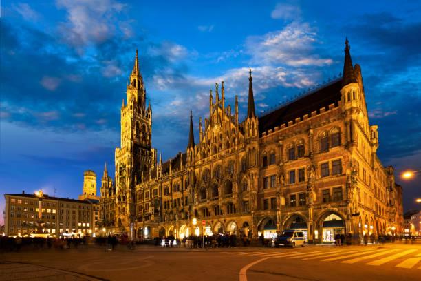 marienplatz på natten med nya rådhuset neues rathaus - münchens nya rådhus bildbanksfoton och bilder