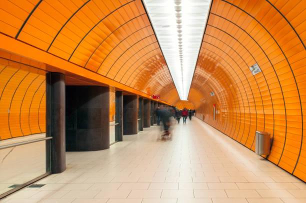 u-bahnstation marienplatz in münchen - marienplatz stock-fotos und bilder