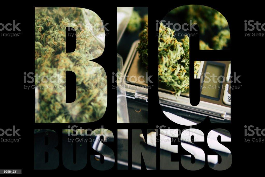 Marihuana, Big Business, witte achtergrond. Kegels van cannabis bloemen onkruid leugen op de weegschaal close-up bovenaanzicht - Royalty-free Blad Stockfoto