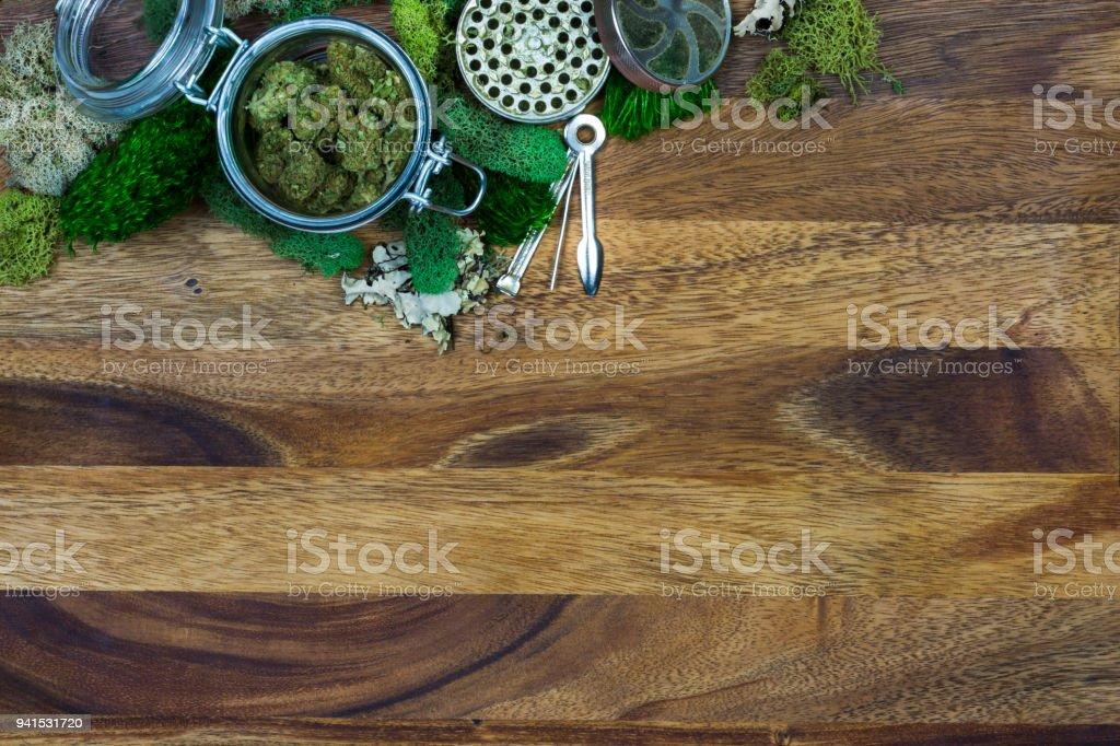 Marihuana en tarro de cristal rodeada de musgo - foto de stock