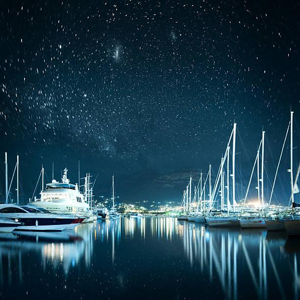 Marina à noite - foto de acervo