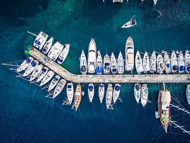 Marina bay com barcos e iates - foto de acervo
