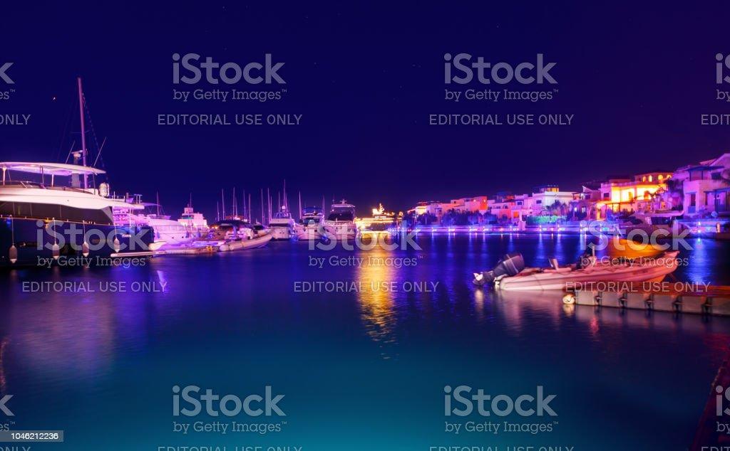 Blick auf die Marina in der Nacht. Soft-Fokus. – Foto