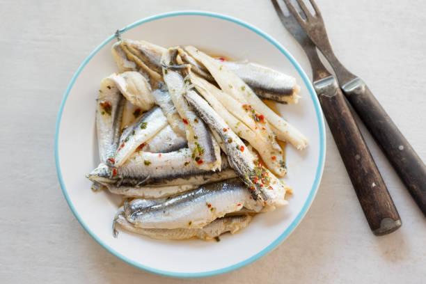 anchois marinado en la placa de - anchoa fotografías e imágenes de stock