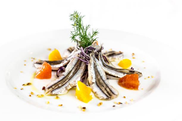 anchoas marinadas. comida italiana del restaurante gourmet. fondo blanco - anchoa fotografías e imágenes de stock