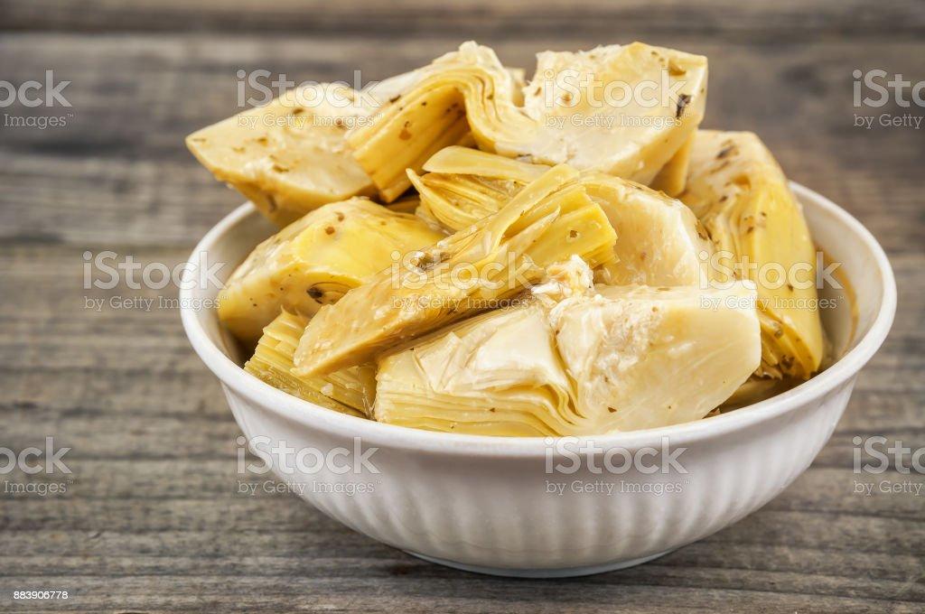 marinated artichokes in bowl - foto stock