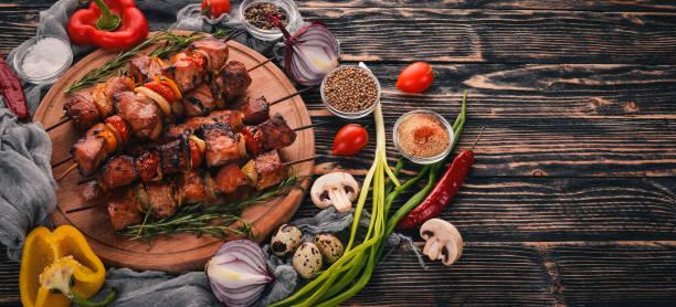 gebackene döner mit zwiebeln und gewürzen mariniert. auf einem hölzernen hintergrund. ansicht von oben. freiraum für text. - kebab marinade stock-fotos und bilder