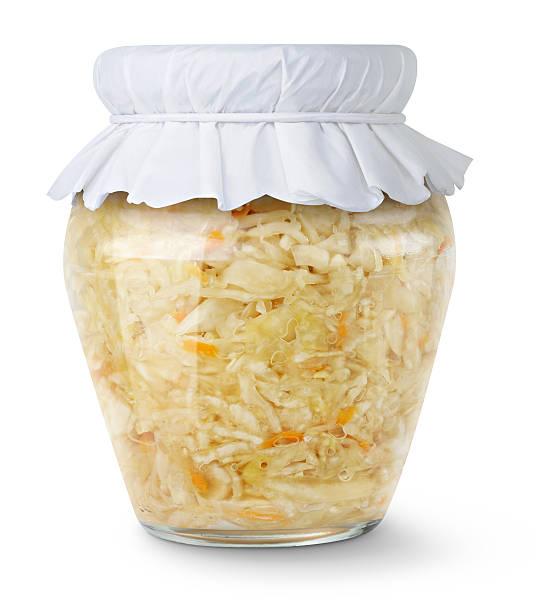 mariné chou (choucroute) en pot de verre isolé sur blanc - choucroute photos et images de collection