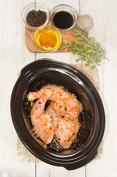 marinierte hühnerfleisch beine in einem garkochtopf - crock pot süßigkeiten stock-fotos und bilder