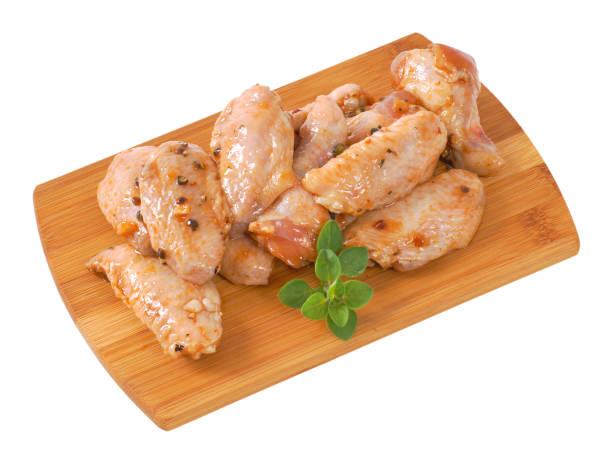 절인된 닭 날개 - 양념에 재기 뉴스 사진 이미지