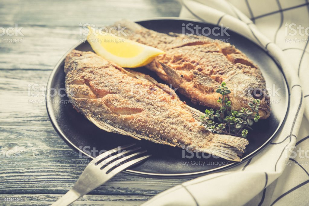 Marinated fried fish carp. Spicy fish fry with spices foto de stock royalty-free