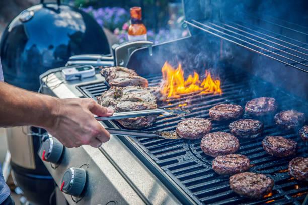 marynowane jagnięcina i hamburgery wołowe gotowanie na grillu - grillowany zdjęcia i obrazy z banku zdjęć