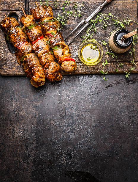 marinated meat skewers with vegetables, seasoning and oil - kebab marinade stock-fotos und bilder