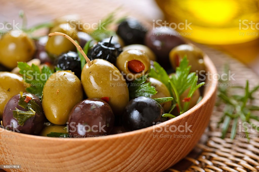 Marinated olives with herbs. - foto de stock