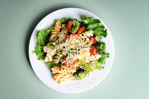 marinierte pasta salad - pasta deli stock-fotos und bilder