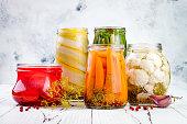 マリネ ピクルス様々 な jar ファイルを保存します。自家製緑豆、カボチャ、大根、ニンジン、カリフラワーのピクルス。発酵食品。