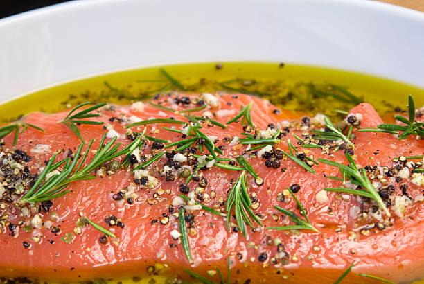 마리네이트 연어 고기잡이 해산물, 건강식 요리, 로즈마리 & 올리브 오일 양념 - 양념에 재기 뉴스 사진 이미지