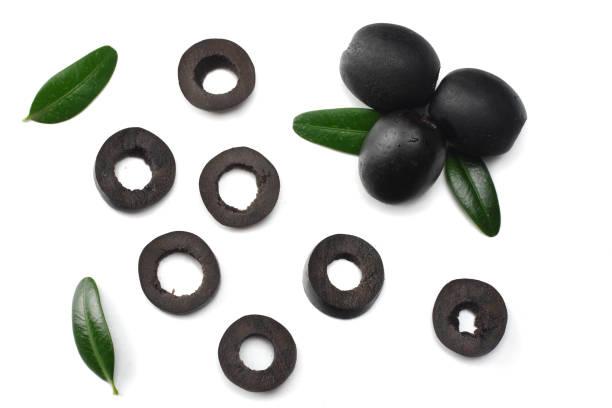 marinierte scheiben schwarze oliven isoliert auf weißem hintergrund. ansicht von oben - schwarze olive stock-fotos und bilder