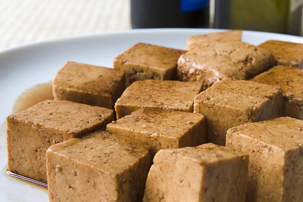 marinierte tofu - mariniertes tofu stock-fotos und bilder
