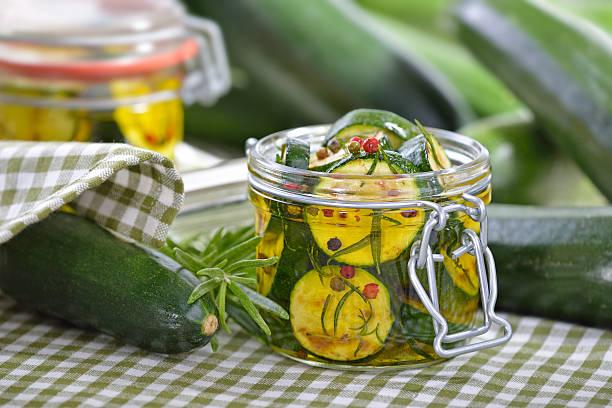 Marinierter zucchini – Foto
