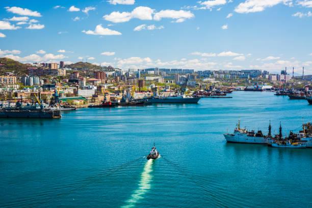 Marinestadt. Bucht mit Schiffen. das Schiff schwimmt – Foto
