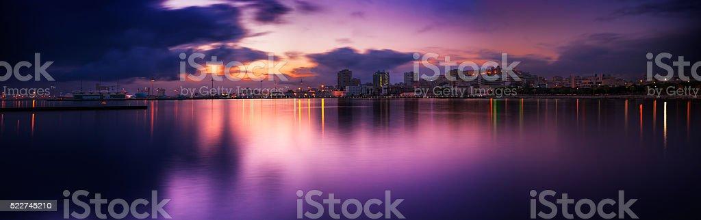 Paisagem marinha ao pôr-do-sol com o reflexo do mar foto de stock royalty-free