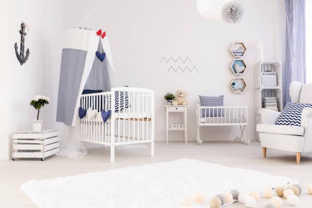 marine dekor wird jeder kleine junge lieben. - nautisches schlafzimmer stock-fotos und bilder