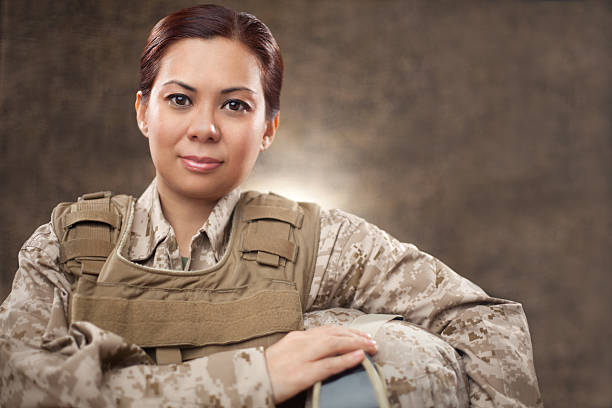 us marine weibliche soldaten in bekämpfung der ausrüstung - militärisches training stock-fotos und bilder