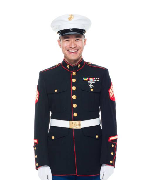 us-marine in uniform mit händen zur seite - militäruniform stock-fotos und bilder
