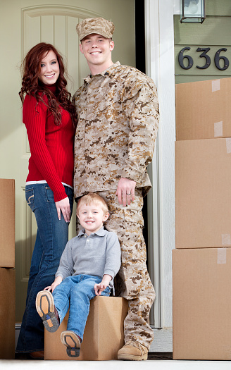istock U S Marines & Family Moving into New Home 143176262