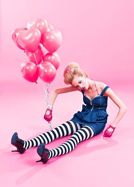 marionette-wie frau mit rosa ballons - ballonhose stock-fotos und bilder