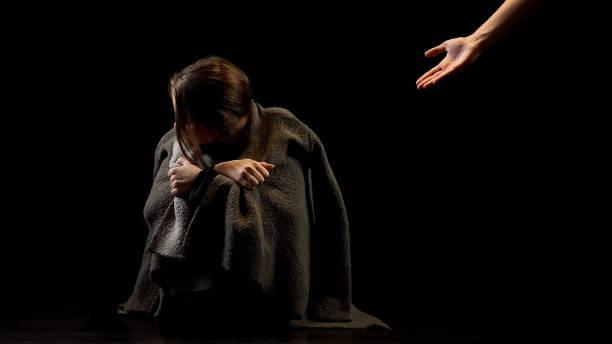 víctima de abuso marital rechazando la mano que ayuda, incredulidad en la felicidad futura - human trafficking fotografías e imágenes de stock