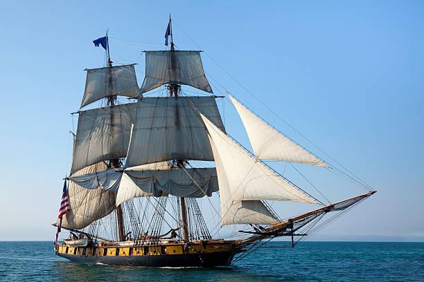maritimer abenteuer, majestätische große schiff auf see - versandrolle stock-fotos und bilder
