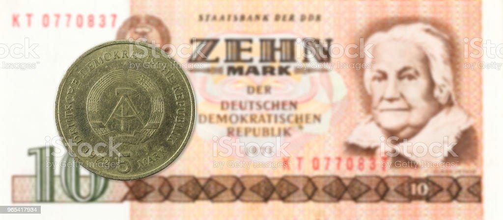 5 repère pièce contre historique 10 billets de Banque du mark est-allemand - Photo de Activité bancaire libre de droits