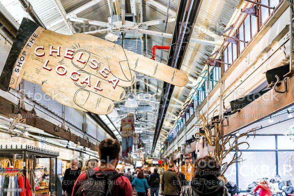 Interior interior de mercado alimentar loja localizado no centro da baixa Chelsea bairro Manhattan NYC, pessoas andando por sinal foto royalty-free
