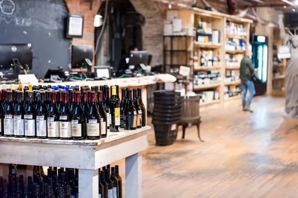 markt lebensmittel shop innen drinnen im unteren chelsea viertel innenstadt manhattan nyc, wine vault alkoholische getränke - mini weinflaschen stock-fotos und bilder