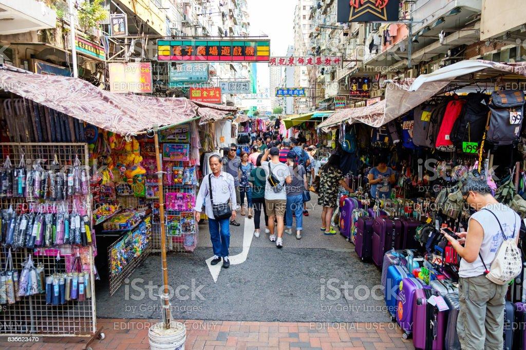 Markt-Verkauf von Kleidung auf dem Bürgersteig Weg in Sham Shui Po, Kowloon Hong Kong – Foto
