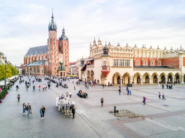 Market square in heart of krakow old town poland picture id1011414586?b=1&k=6&m=1011414586&s=612x612&w=0&h=qxeh66zyuz4gvk10kxjndgqprsa5q9vvc5eldurtgek=