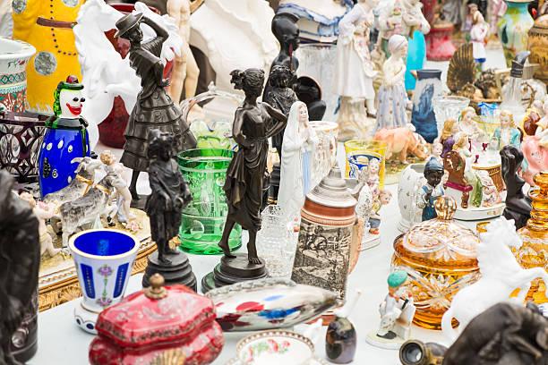 marktstand auf flohmarkt in nashville, wien, österreich - naschmarkt stock-fotos und bilder