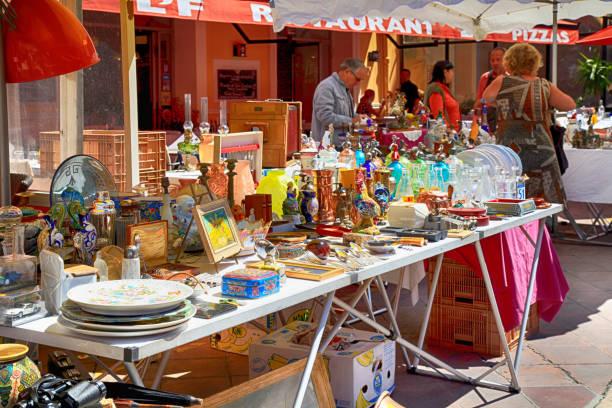 marktstand an der berühmte antiquitätenmarkt cours saleya in nizza, frankreich. - besteck günstig stock-fotos und bilder