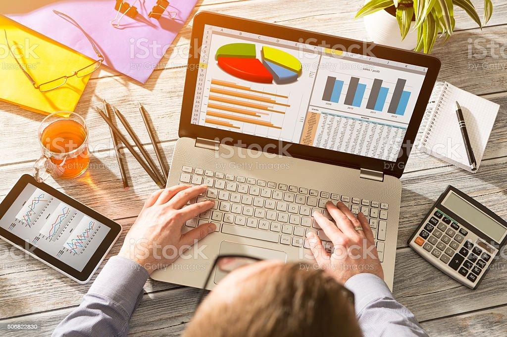 Grafico di Di marketing digitale finanza concetto di analisi statistiche - foto stock