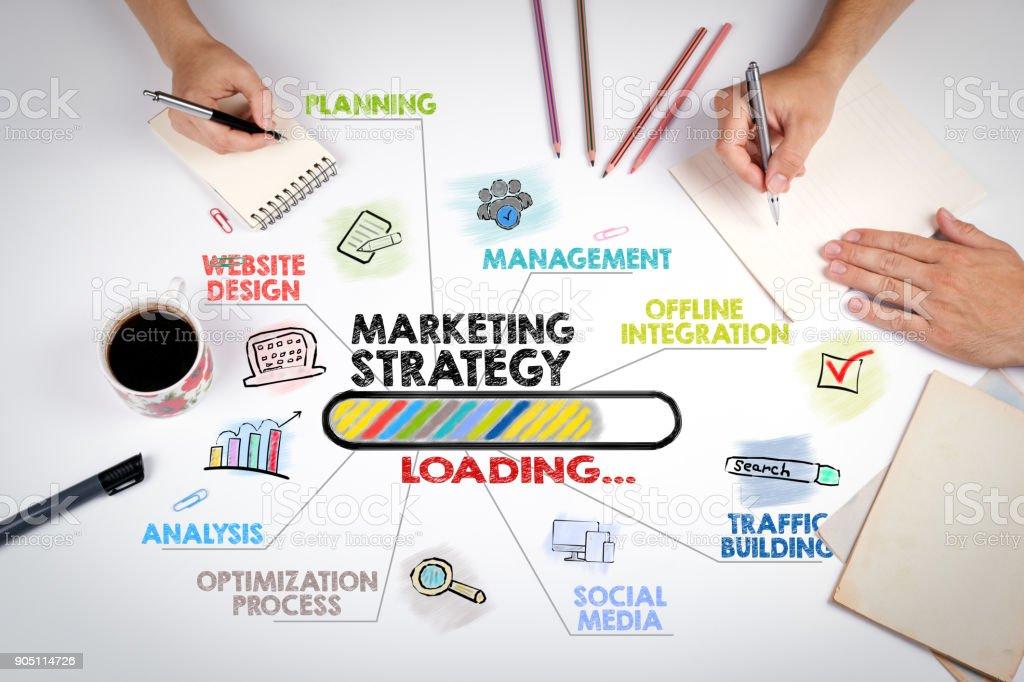 Concepto de estrategia de marketing. Tabla de palabras clave y los iconos. La reunión en la mesa de oficina blanca - foto de stock
