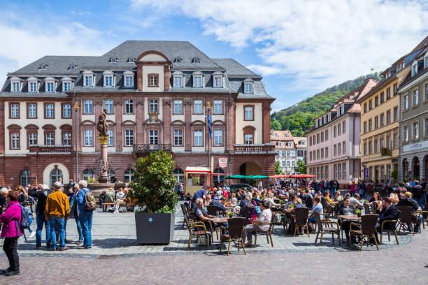 marktplatz überfüllt mit touristen und rathaus in heidelberg in deutschland. heidelberg ist eine stadt in baden-württemberg in deutschland. - restaurant köln stock-fotos und bilder