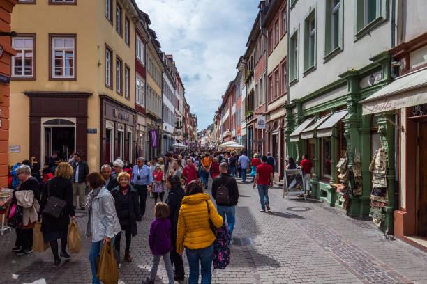 marktplatz überfüllt mit touristen und rathaus in heidelberg in deutschland. heidelberg ist eine stadt in baden-württemberg in deutschland. - cafe köln stock-fotos und bilder